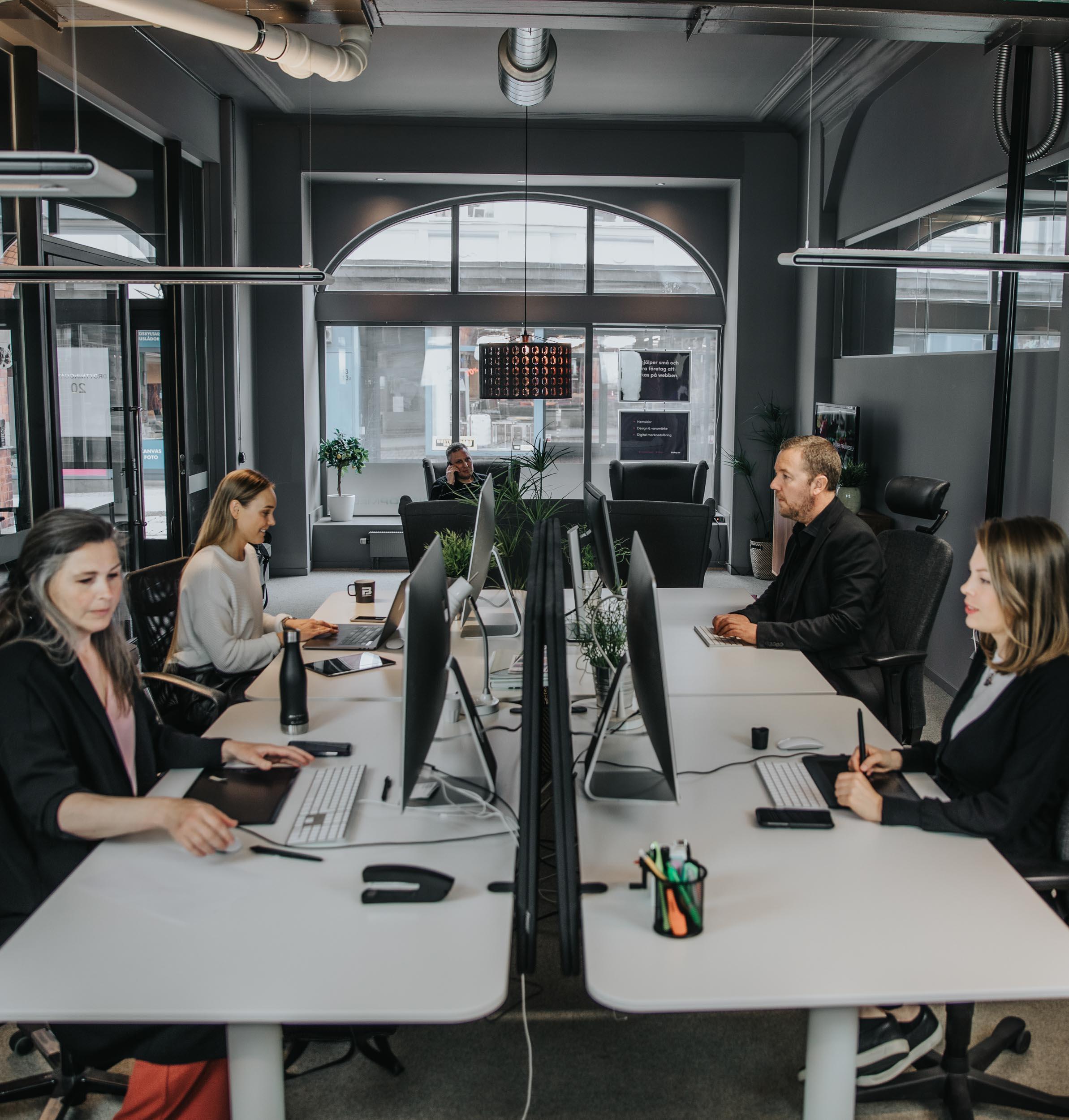 Bishop Media Webbyrå Norrköping och Växjö - teamet jobbat vid skrivbord