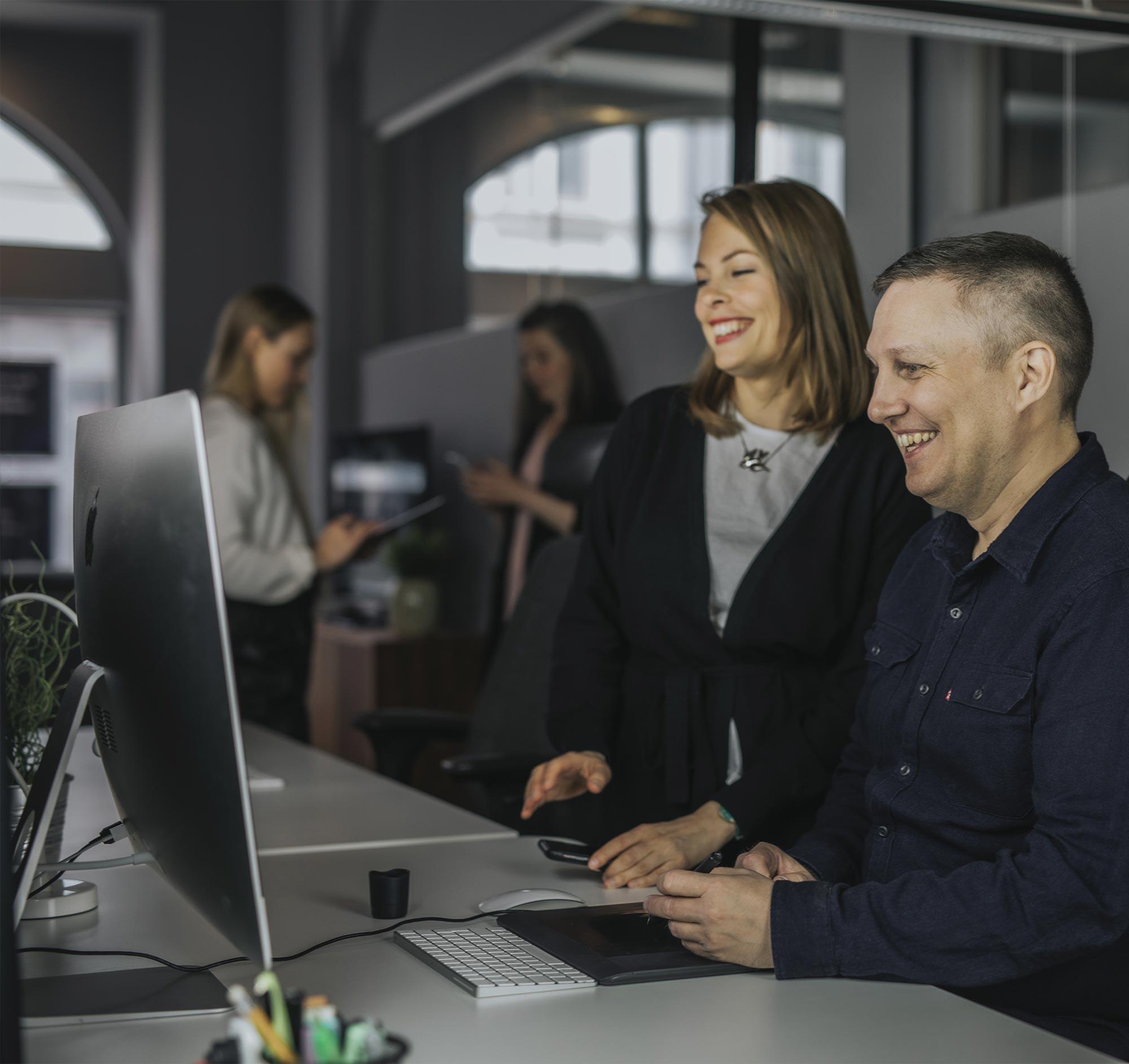 Malin och Simon på Bishop Media Webbyrå i Norrköping bygger hemsida