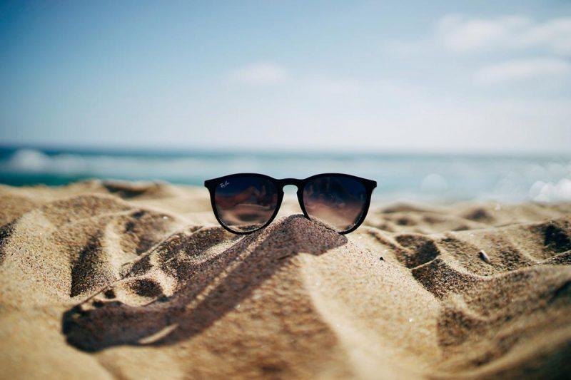 Solglasögon på sanstrand